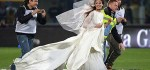وارد شدن یک عروس زیبا به زمین فوتبال در بازی یوونتوس